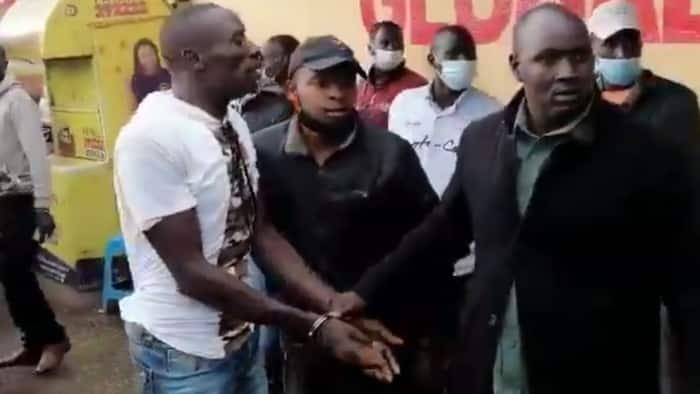 Jamaa Akabiliana na Polisi Baada ya Njama Yake Kumpora Mama Kutibuliwa