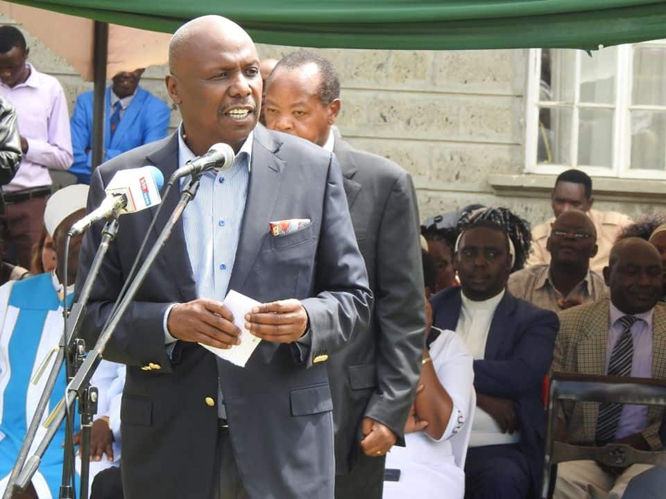 Doktari: Gideon Moi demonstrates how KANU's one finger salute will stop coronavirus spread