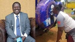 Busu la Mahaba: Shabiki Sugu wa ODM Aonekana Akiipachika Busu Picha ya Raila